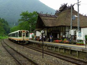茅葺き屋根の駅舎は日本でここだけ!会津鉄道・湯野上温泉駅|福島県|トラベルjp<たびねす>