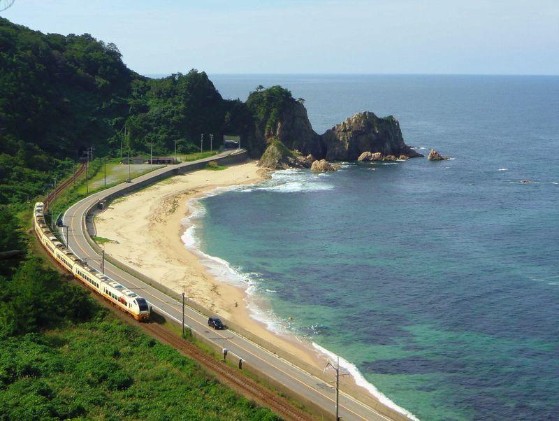 日本海に奇岩が続く美しい名勝海岸!新潟・村上「笹川流れ」
