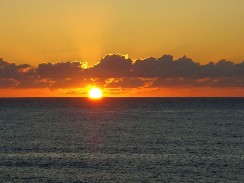 観光拠点「道の駅・笹川流れ夕日会館」から日本海に沈む夕日を見よう