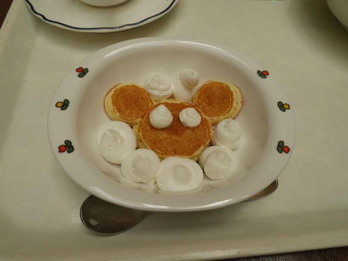 朝食ビュッフェにはミッキー型のパンケーキ!