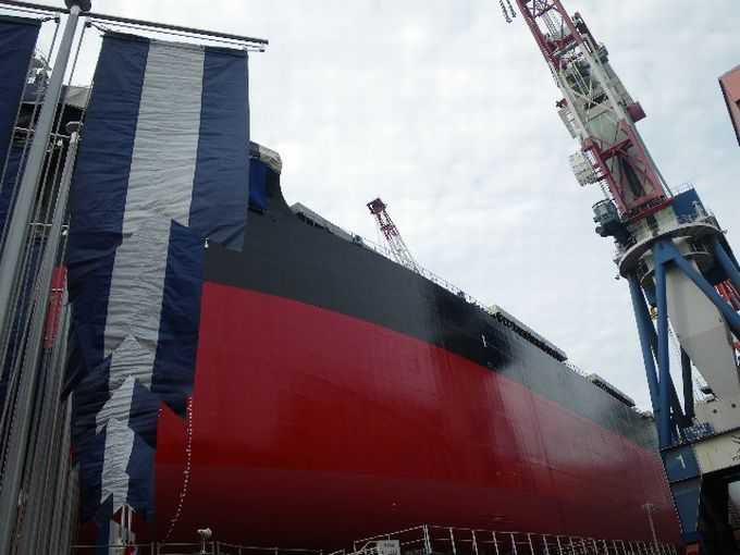 巨大なバラ積み船がドーンと目の前に