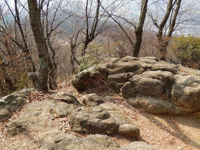 山頂は、ロッククライミングもできる巨石群