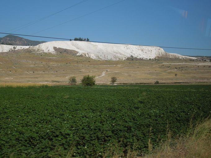 麓から見る、そこだけ真っ白な山肌