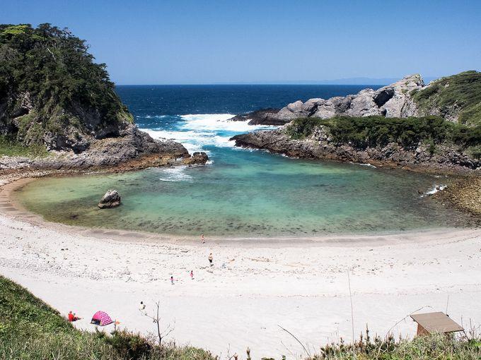 展望抜群の泊海水浴場で、まずは式根島の海を眺める