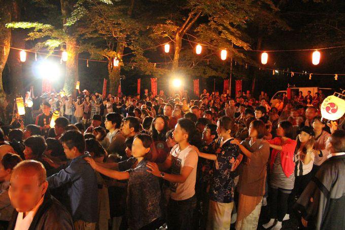 神社前あたりから神輿に参加し始める参拝客