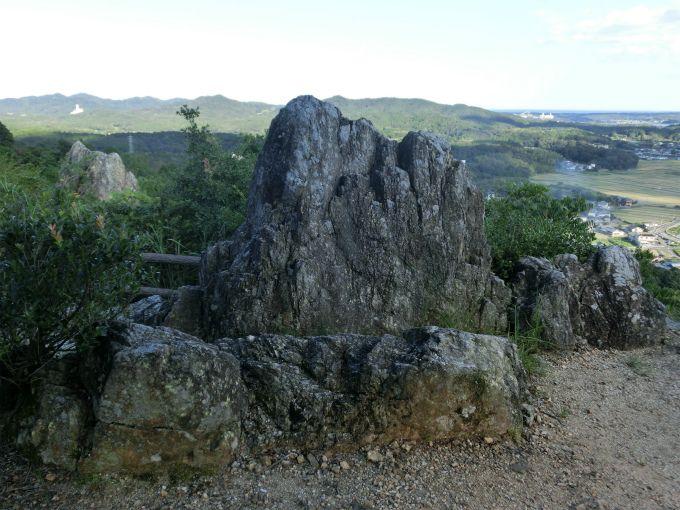 大きな一枚岩からなる「おうむ岩」とその景色