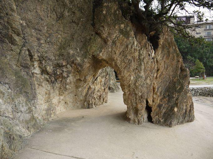 岩のトンネルが「パワースポット」の入り口!