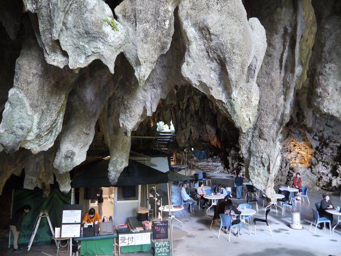 入り口もなければ、壁もない!そんな洞窟の中にカフェがあります