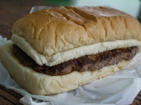 沖縄「道の駅かでな」のハンバーガーは驚きの超巨大サイズ!|沖縄県|トラベルjp<たびねす>
