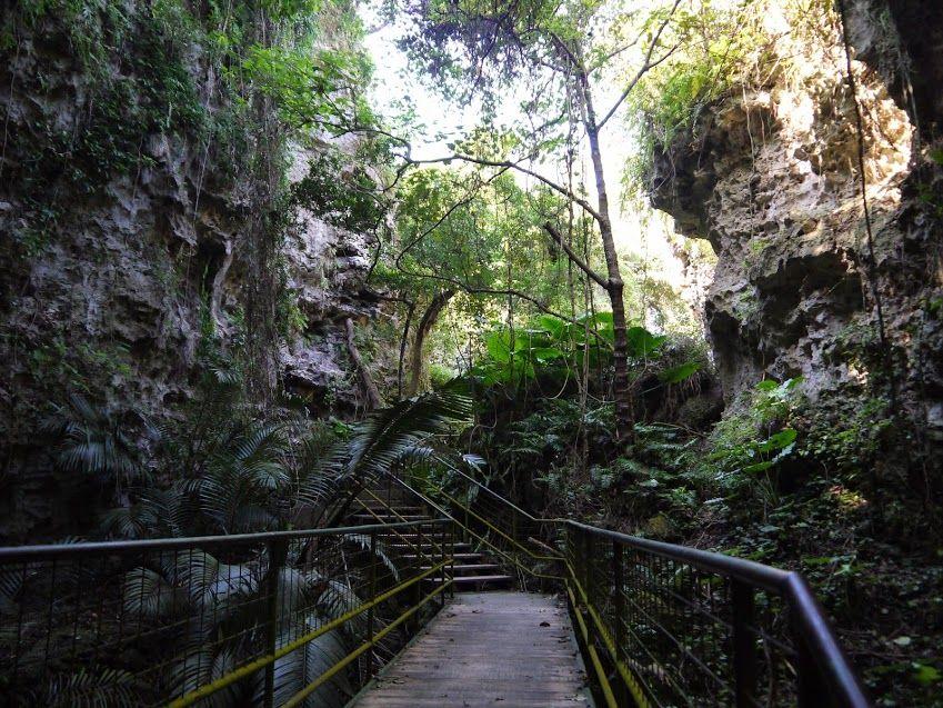 巨大な鍾乳洞が崩れ去ったガンガーラの谷