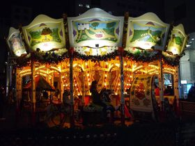 ドイツクリスマスマーケット大阪の幻想的な夜はソーセージとビールで乾杯!