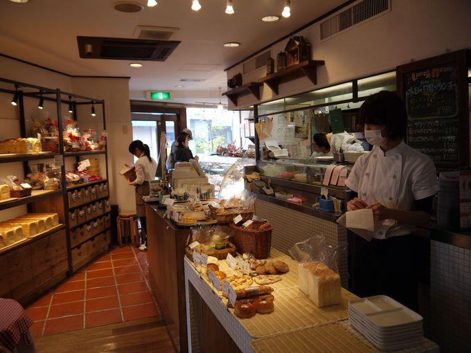 活気あふれる店内にはパンの良い香りが漂っています