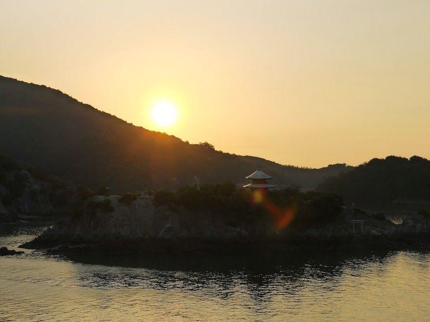 パワースポットとして名高い「仙酔島」を背にして朝日が顔を出す!