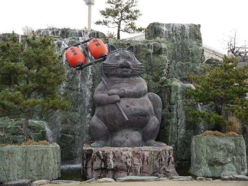 子供は大喜び!手を叩くと滝が流れ出す「世界一大きなたぬきの銅像」