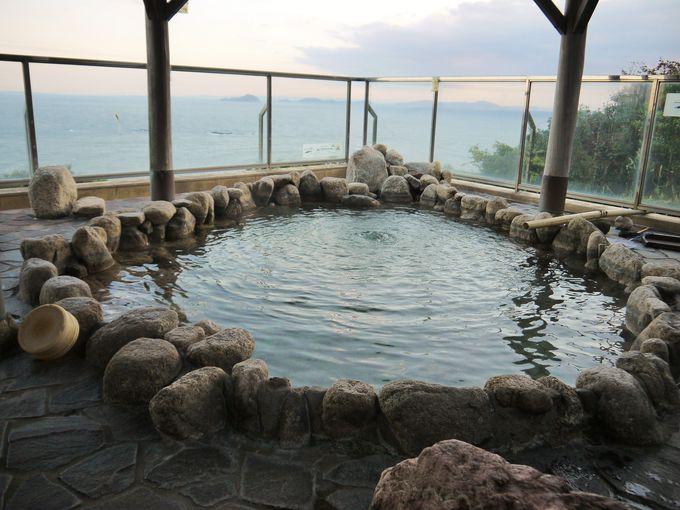 海が一望できる朝風呂も良いが、実は夜がおすすめ!