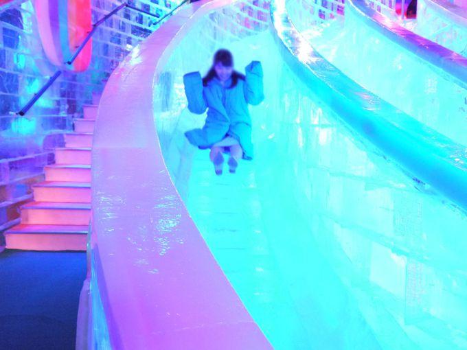 これは面白い!憧れの氷の滑り台で遊ぼう