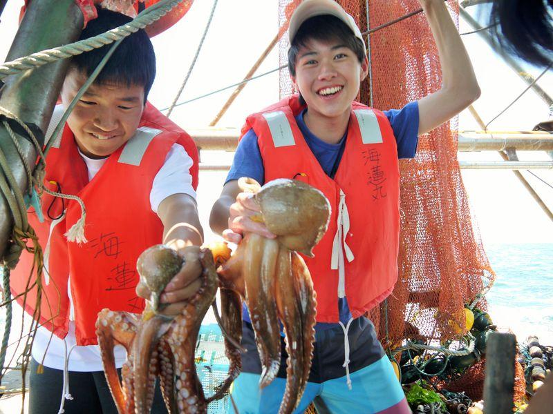 うまっ!捕れたてを漁船で食べるタコ漁&明石海峡クルージングツアー