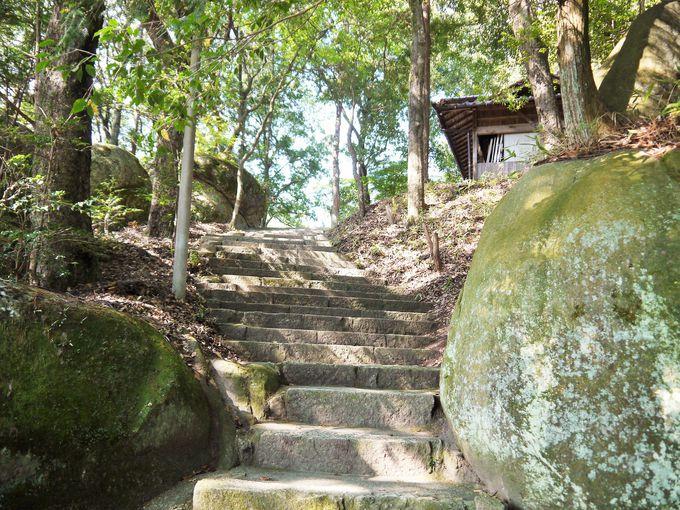 巨岩が多く見られる丸山神社
