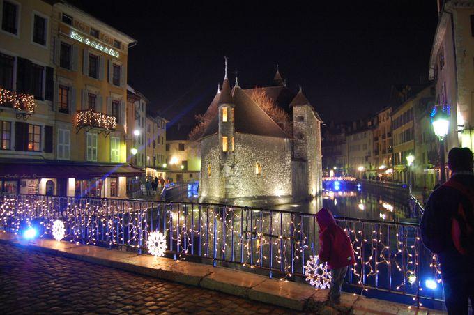 色とりどりのライトに浮かぶ旧市街!夜のアヌシーを楽しもう!
