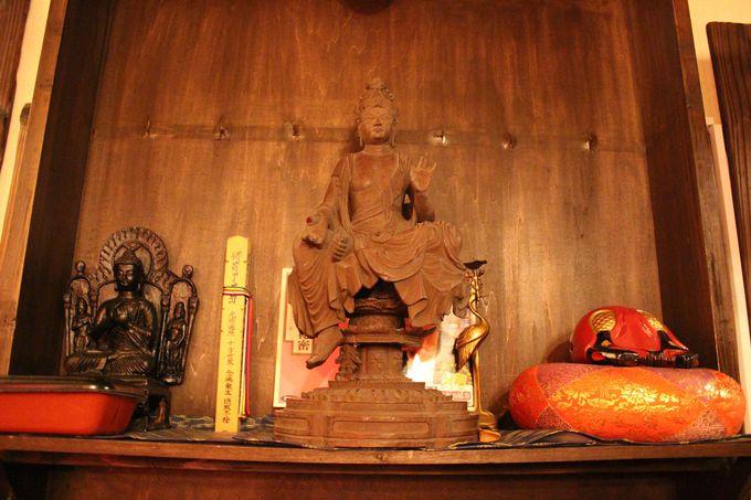 店内には仏様や仏教に関するものがズラリ