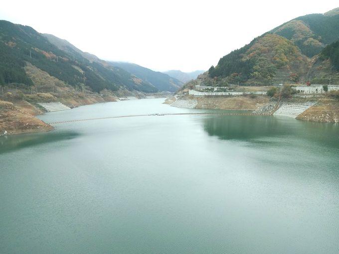 緑色の水をたたえる滝沢ダム