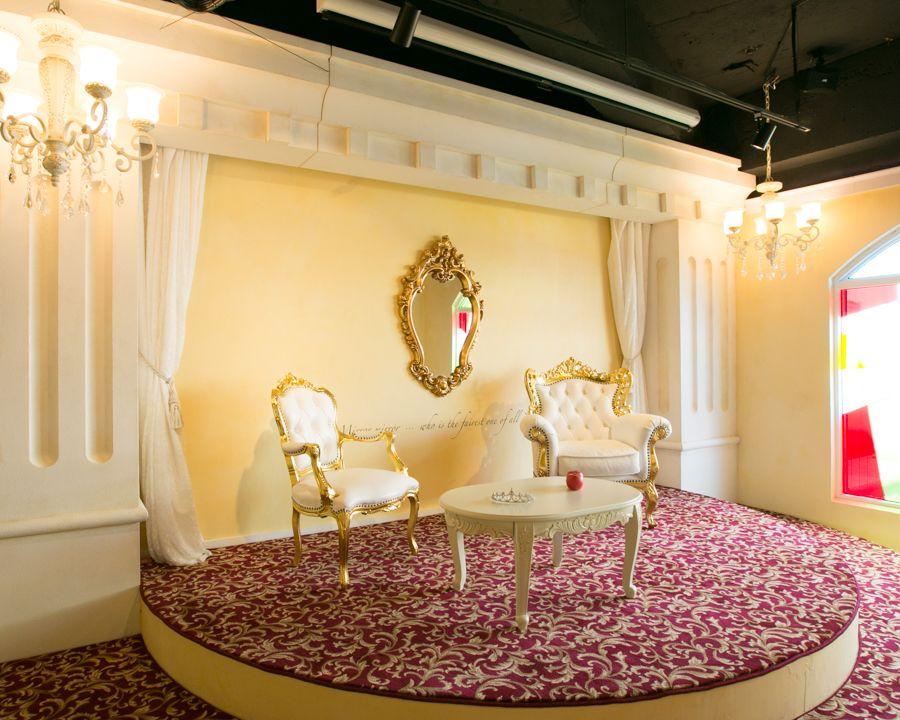 「鏡よ鏡・・・」魔法の鏡が飾られたステージも