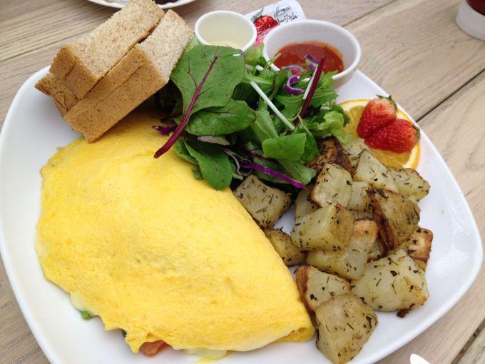朝食と言えば卵料理!定番人気の「ミート&チーズオムレツ」