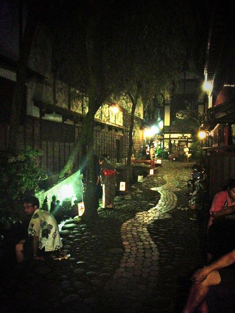 踊り疲れたら美しい街並み散策や休憩スポットへ