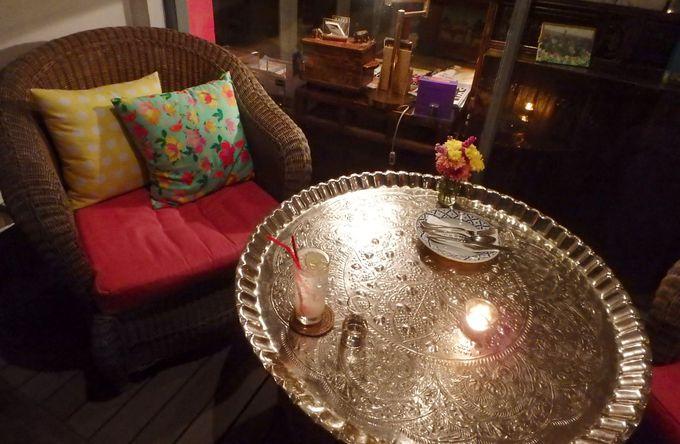 洗練されたデザインのカフェスペース