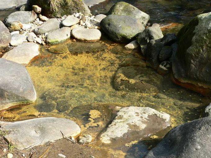 川の至る箇所でも温泉湧出!