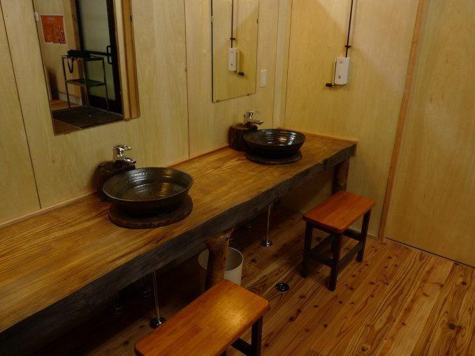 マジっすか?休憩室に屋久杉テーブル、洗面用のボウルは薩摩焼