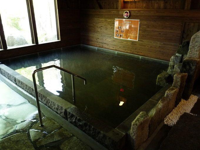 こだわりの「石の風呂」と「木の風呂」が週替わり