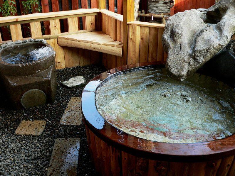 温泉まで5秒!これも風呂付き離れの魅力