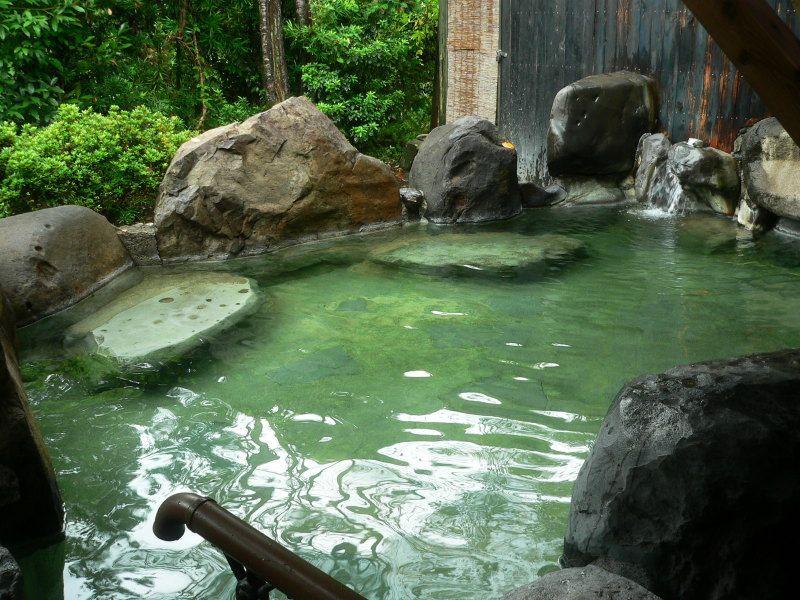 湯量豊富な露天風呂「くすのき荘」