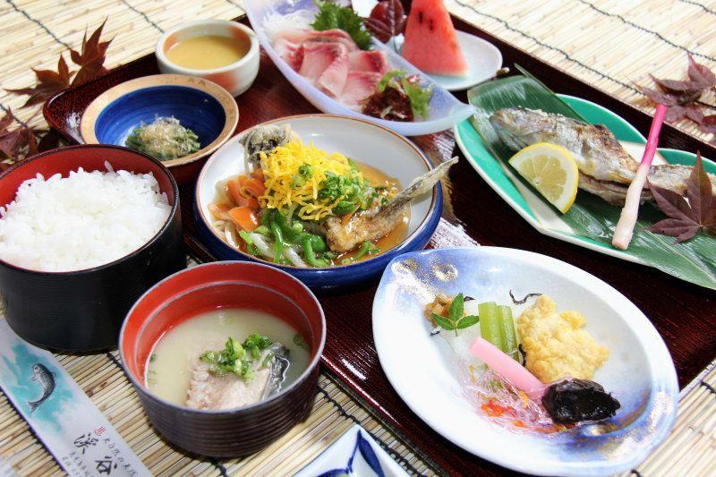 清流で育った名物の川魚料理は絶品!