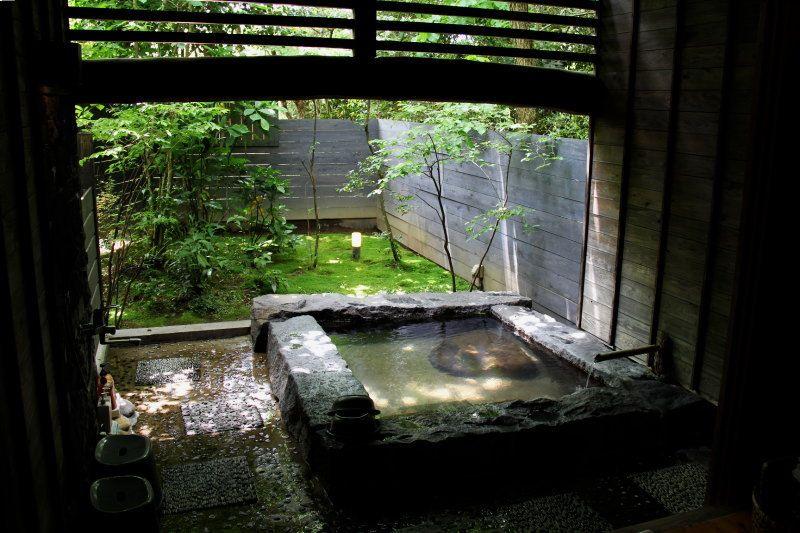 緑の小道を抜けた先に情緒あふれる貸切野天風呂