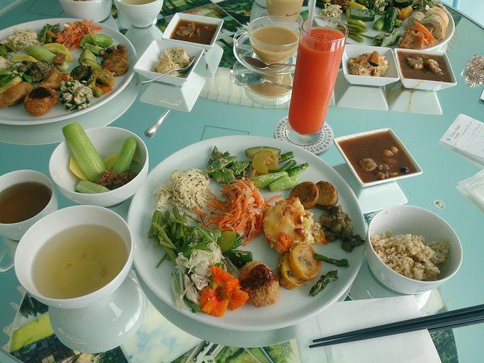 ランチは地元の食材を味わえる「里山食堂」で