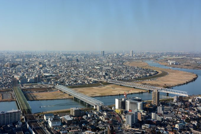 眼下には江戸川が流れ、鉄橋の上を電車や車が行きかう。