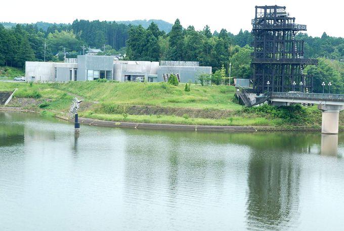 外観も美しい!水と緑に映える湖畔美術館へ。