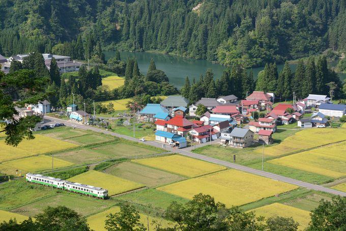 「日本の里100選」の里山風景。田んぼと川に囲まれた中川集落。