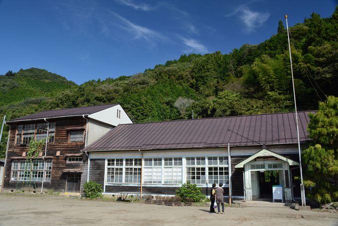 レトロな木造校舎を目の前に、童心が甦る!