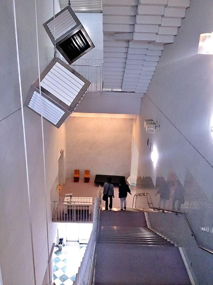 自然光を取り入れた吹き抜け階段で館内を巡ろう。
