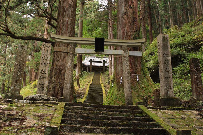 行者帰しの岩が阻む神秘の奥の院!栃木県「加蘇山神社」