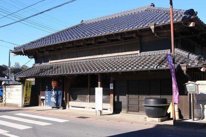 国の登録有形文化財の、豊乃鶴酒造と大屋旅館は今も営みを続けています