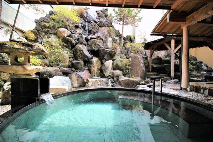 滝が流れる「楽水の湯」!温泉とマイナスイオンのダブル効果