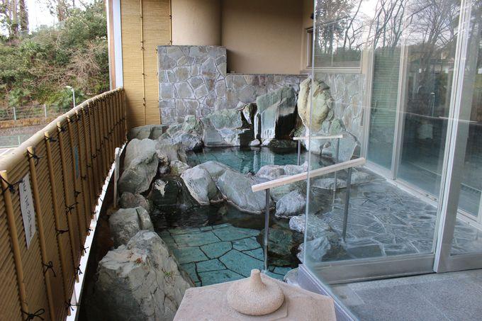 湯船に椅子?無色透明の温泉で体はポッカポカ!