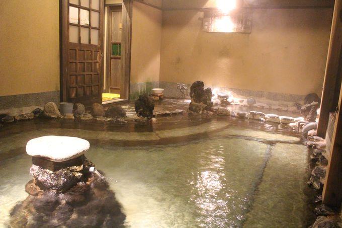 ラジウム温泉が直下に湧出する「下の湯」は栃尾又温泉の神髄