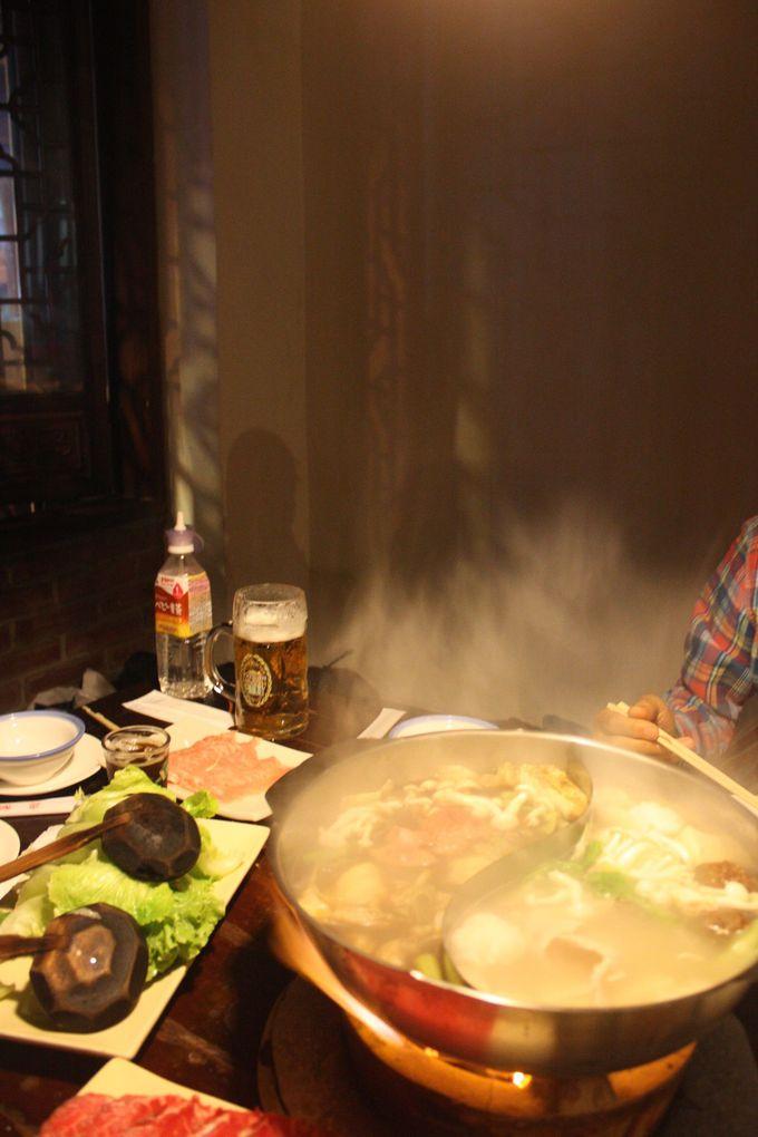 旅行で不足がちの野菜はここで!炭火がなんともいい「川鍋」の鴛鴦火鍋。