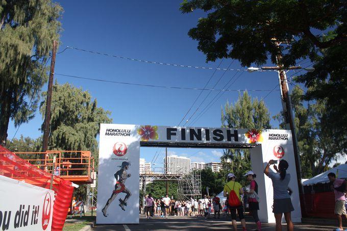 カピオラニ公園では仮装コンテスト、ライブを楽しみながら、マラソンランナーのゴールを見届けよう!
