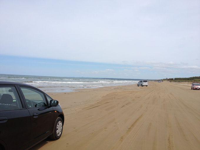 日本で唯一、砂浜を車で走れる「千里浜なぎさドライブウェイ」